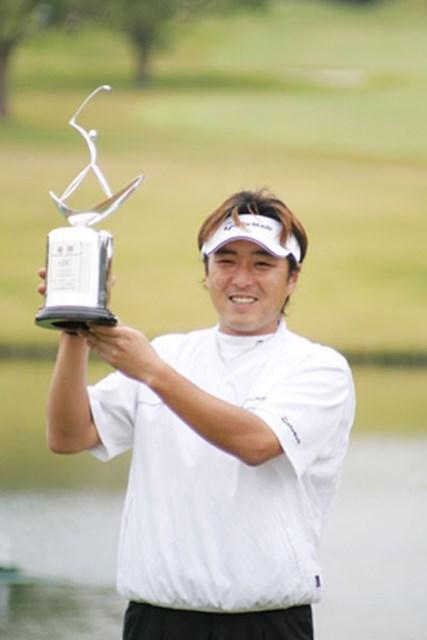 2004年 プレーヤーズラウンジ 井上信 19年ぶりのマンデー勝ち上がりのツアー勝利を飾った井上信。ツアー7年目にしてようやく歓喜の瞬間は訪れた