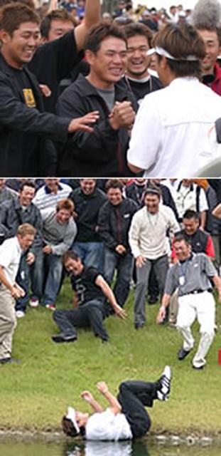 2004年 プレーヤーズラウンジ 井上信 上:師匠と慕う平塚哲二(中央)も、目を潤ませて、まるで自分のことのように井上の優勝を喜んだ(井上は後姿) 下:最後は仲間の手で手荒い祝福!井上が、ABCGCの18番グリーン池に投げ込まれた
