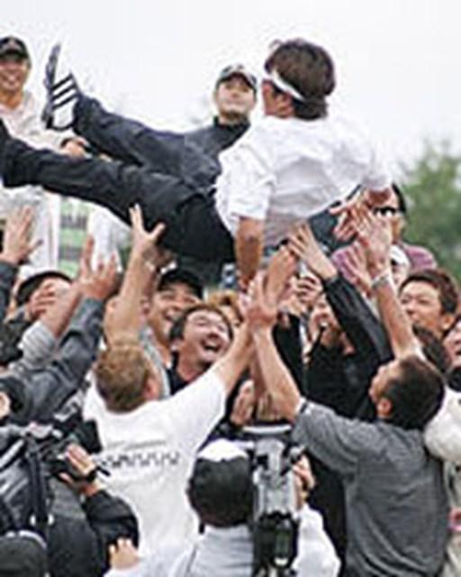 2004年 プレーヤーズラウンジ 井上信 大勢の仲間の手で胴上げされて・・・