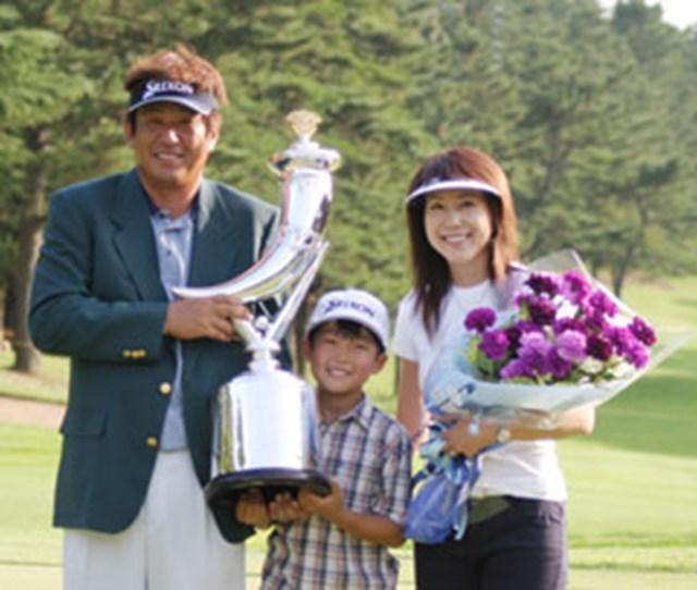 2004年 プレーヤーズラウンジ 加瀬秀樹 限られた者だけが出場できる今週の「ゴルフ日本シリーズJTカップ」に、9年ぶりに出場する加瀬秀樹。「今年は、いろんな意味で、最高の年だったね」と、1年を振り返る。写真はサントリーオープン時のもの。