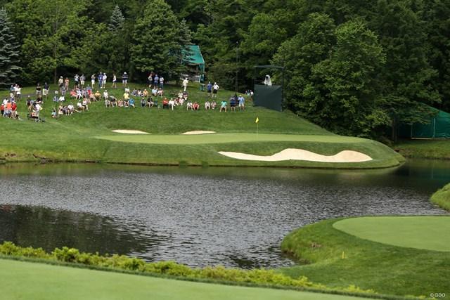 池越えのショートホールはグリーンが横長の形状。トラブルを避けたい