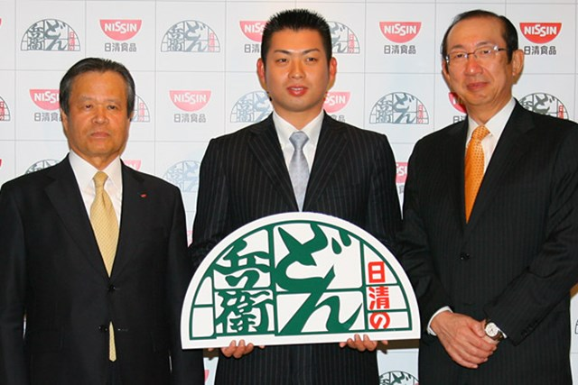 池田勇太を中心に、中川晋 日清食品代表取締役(左)と安藤宏基 日清食品ホールディングスCEOが会見を行った