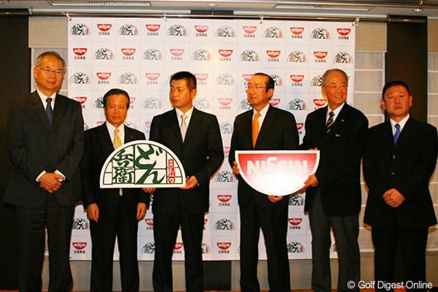 関係者挨拶ではブリヂストンスポーツの島崎氏(左端)、松井PGA会長(右から2番目)、東北福祉大ゴルフ部監督の安部氏もエールを送った