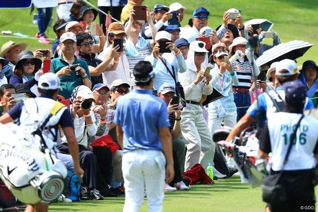 2019年 日本ツアー選手権 森ビル杯 Shishido Hills 初日 石川遼 17番フォトエリアで選手にカメラを向けるギャラリー
