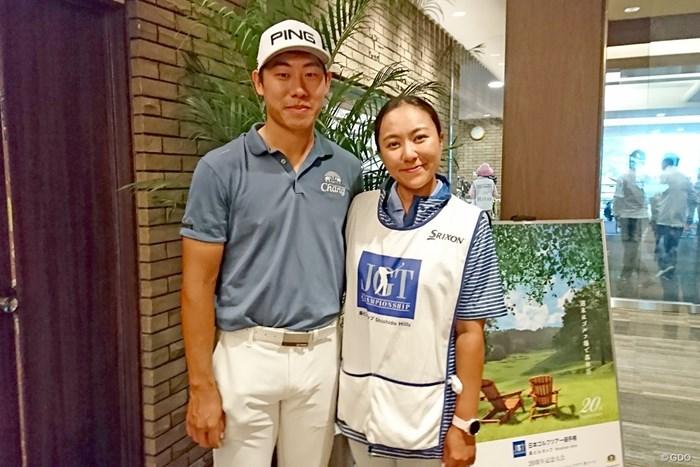 首位を争うチャルングン(左)。コイさんとの夫婦タッグで今季を戦う 2019年 日本ツアー選手権 森ビル杯 Shishido Hills 2日目 ガン・チャルングン