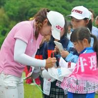 ファンの女の子もサインもらえて嬉しそう。 2019年 ヨネックスレディスゴルフトーナメント 2日目 石井理緒