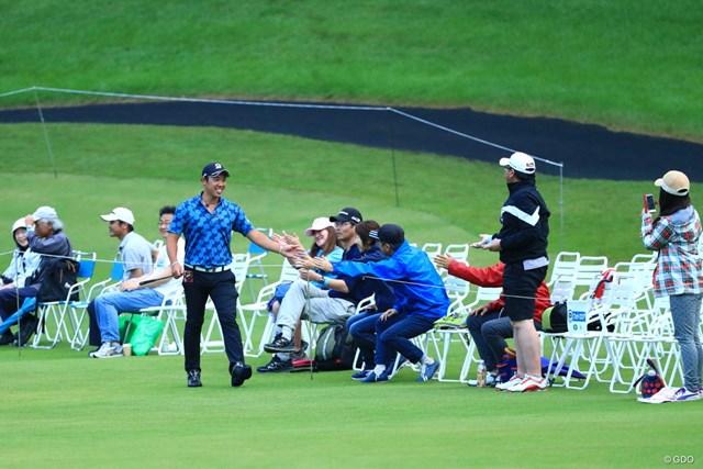 2019年 日本ツアー選手権 森ビル杯 Shishido Hills 3日目 堀川未来夢 17番イーグルでギャラリーとタッチそしてタッチ