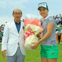 恒例の花束贈呈。 2019年 ヨネックスレディスゴルフトーナメント 最終日 上田桃子