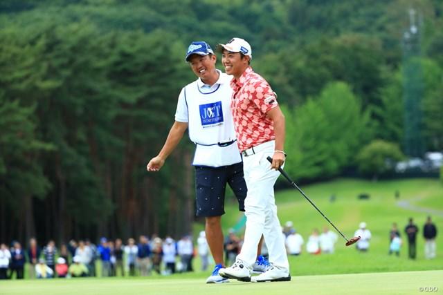 初優勝を日本タイトルで飾った堀川未来夢(右)。清水キャディと喜びを分かち合った