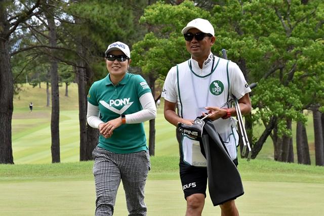 比嘉真美子(左)は今季2勝目を目指す
