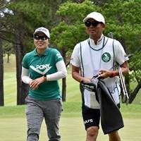 比嘉真美子(左)は今季2勝目を目指す 2019年 宮里藍サントリーレディスオープンゴルフトーナメント 事前 比嘉真美子