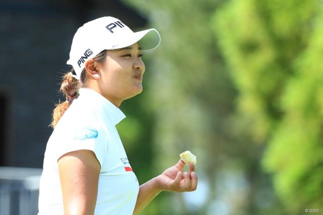 2019年 宮里藍サントリーレディスオープンゴルフトーナメント 初日 鈴木愛 美味しそうだし満足そうな顔してるしね