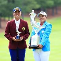 ユウカ・サソウ(左)は優勝者の鈴木愛と記念撮影 2019年 宮里藍サントリーレディスオープンゴルフトーナメント 最終日 ユウカ・サソウ