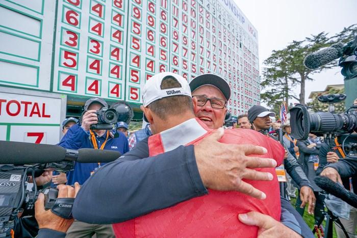 ウッドランドは優勝を見守った父と抱擁を交わした(代表撮影・宮本卓) 2019年 全米オープン 最終日 ゲーリー・ウッドランド