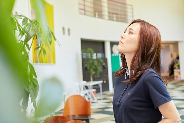茨城美女とゴルフデート始まります/第1話【方言2サム漫遊記】 エントランスの壁に大きな絵画が展示されております