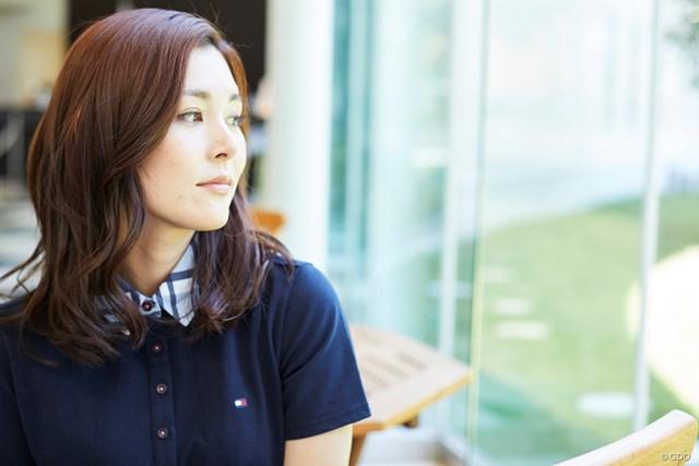 茨城美女とゴルフデート始まります/第1話【方言2サム漫遊記】 遠くを眺めるオトナ女子の図
