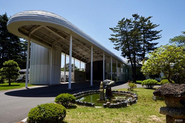 茨城美女とゴルフデート始まります/第1話【方言2サム漫遊記】 緑の中にたたずむ独創的な造りのクラブハウス