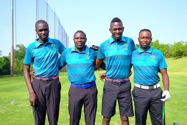 コーチを務めるステファン・カサイジャさん(左から2番目)と3選手