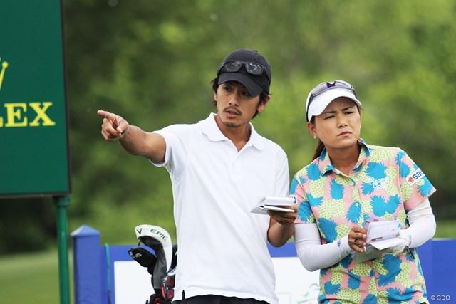 横峯さくらは前週から夫の森川陽太郎さん(左)をキャディに起用する