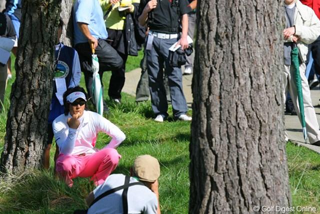 18番の2打目を木に当ててしまい、3打目地点で険しい表情を見せる石川遼