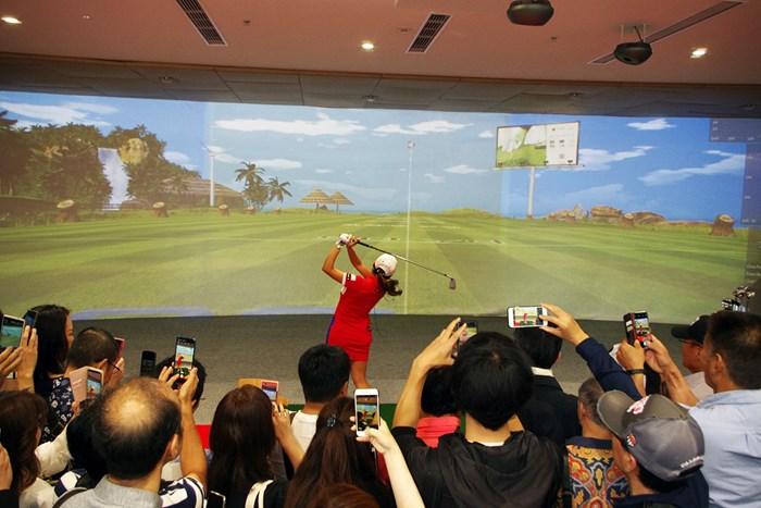イベント内でシュミレーションゴルフを披露  2019年 イ・ボミ 本間ゴルフ 開店イベント