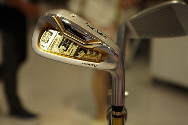 本間ゴルフのギアが展示されている