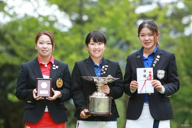 優勝した西郷真央(中央)とともに2位の後藤未有(左)、和久井麻由(右)