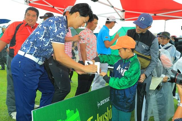 最終ラウンドの中止でサイン会に参加した石川遼(左)