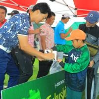 最終ラウンドの中止でサイン会に参加した石川遼(左) 2019年 ダンロップ・スリクソン福島オープン 最終日 石川遼