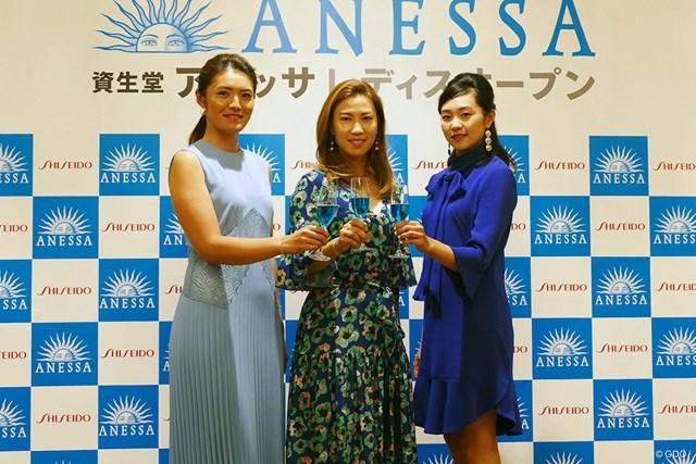 ホステスプロの(写真左から)渡邉彩香、上田桃子、三浦桃香