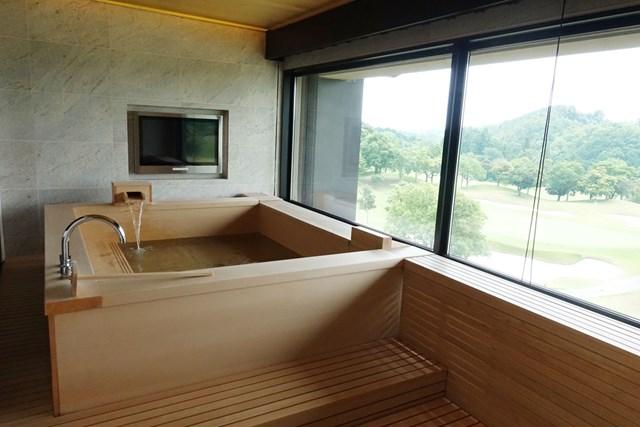 なんとも贅沢な檜風呂!温泉効果でお肌つるつる
