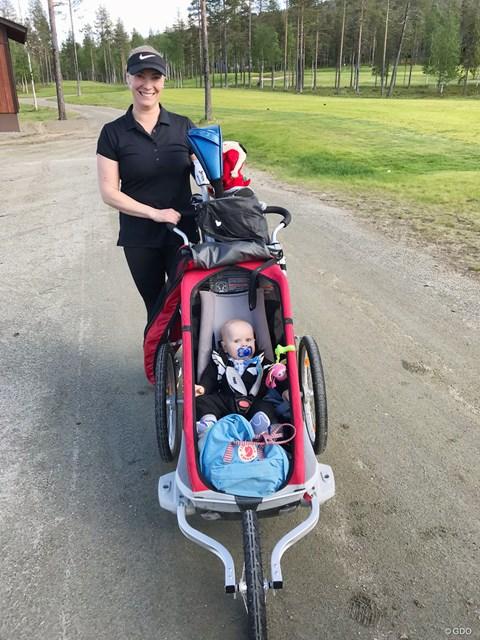 ママさんゴルファー この赤ちゃん、絶対ゴルフが好きになるね!
