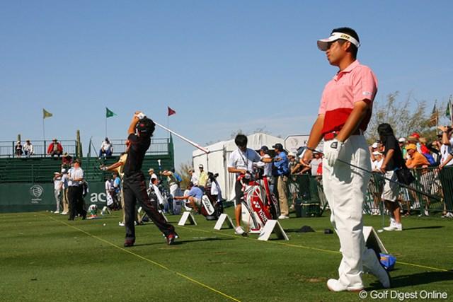 スタート前に練習場で調整を行う石川遼と池田勇太。結果は明暗を分けてしまった