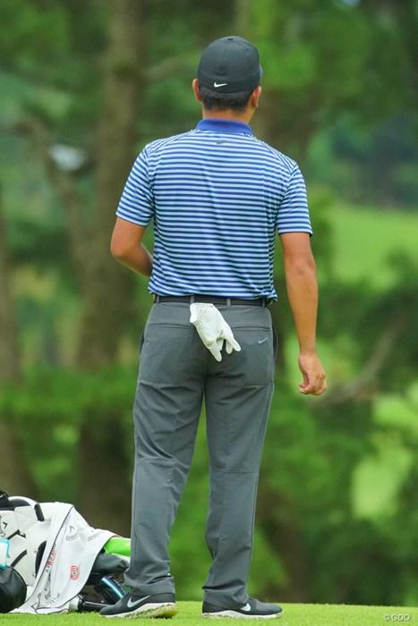 手袋はポケットに入れずぶら下げるのがゲンちゃん流。 2019年 日本プロゴルフ選手権大会 2日目 時松隆光