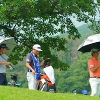 男子プロでも日傘必須。 2019年 日本プロゴルフ選手権大会 最終日 星野陸也 竹安俊也