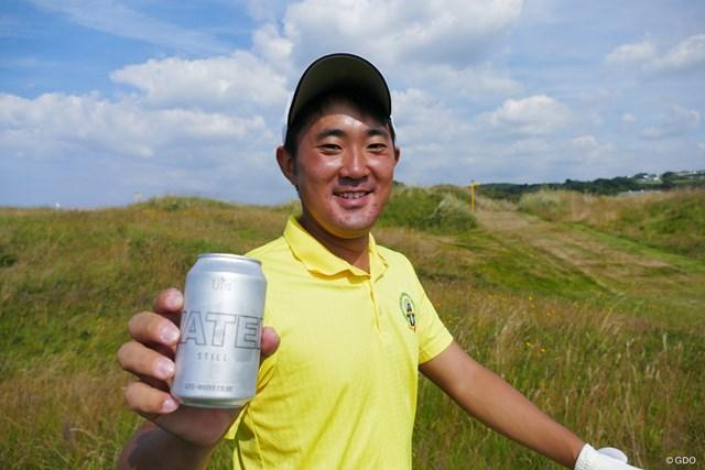 飲んでいるのはビールではなく…缶入りの水。今週は環境に配慮して、水のペットボトルはありません