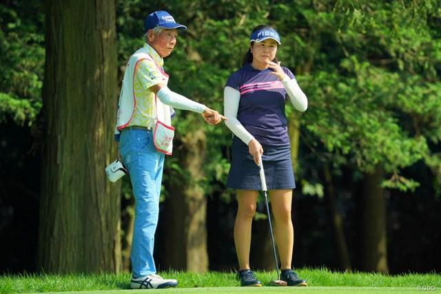 会話をかわす浪崎由里子(右)とキャディの田中菊雄さん