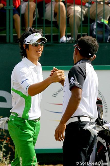 2010年 WGCアクセンチュアマッチプレー選手権 3日目 石川遼、トンチャン・ジェイディ スタート前にガッチリと手を組み合った石川遼とT.ジェイディ