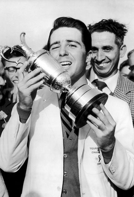 1959年の全英オープンで優勝し、クラレットジャグを掲げる