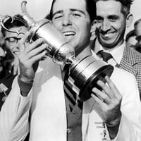 1959年の全英オープンで優勝し、クラレットジャグを掲げる 2019年 全英オープン ゲーリー・プレーヤー