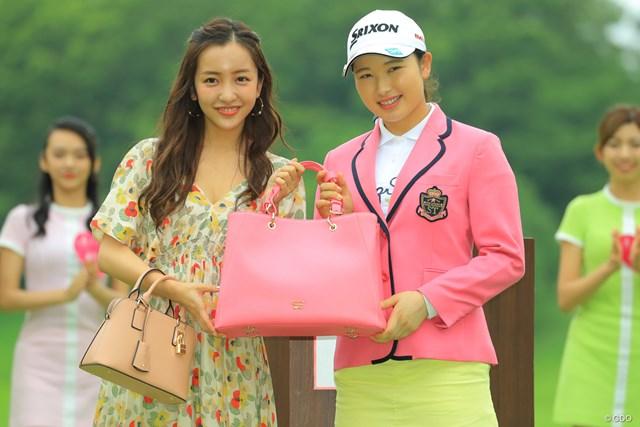 さくらちゃんには、桜色のジャケットとバッグが似合うね。
