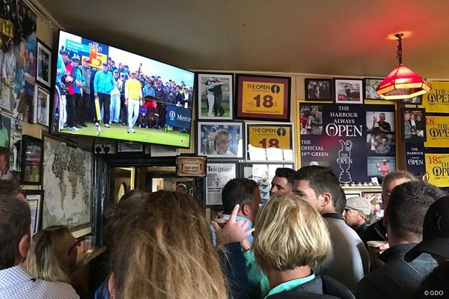 バーはテレビ観戦客でいっぱい