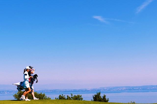レマン湖を眺めるホール。「練習場も大きいし、全部大きい」と気分は高揚する