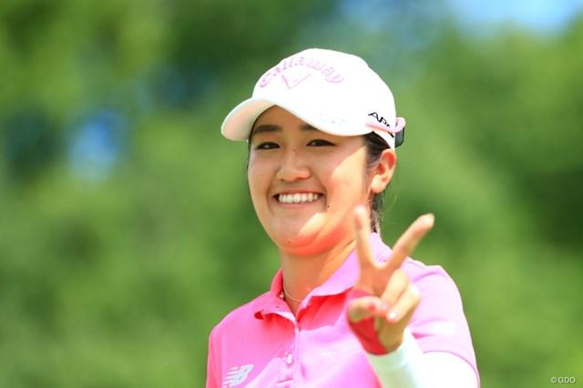 2019年 センチュリー21レディスゴルフトーナメント 2日目 稲見萌寧 トップに立って勝利のVサイン