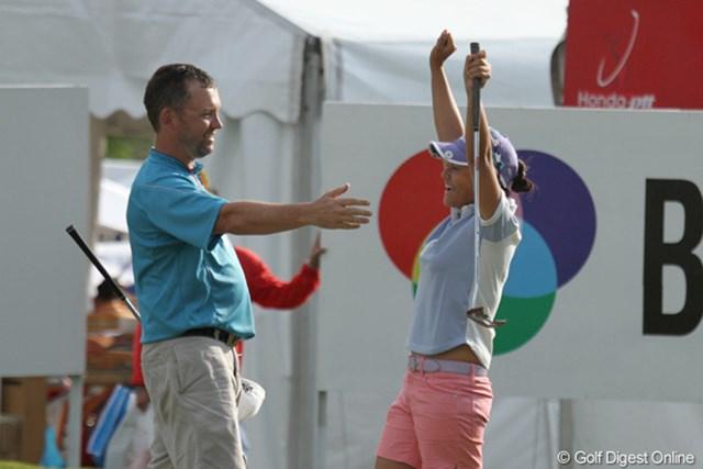 2010年 ホンダPTT LPGAタイランド 最終日 宮里藍 優勝が決まった瞬間の宮里藍。パッティンググリーンで最終組の結果を待っていた