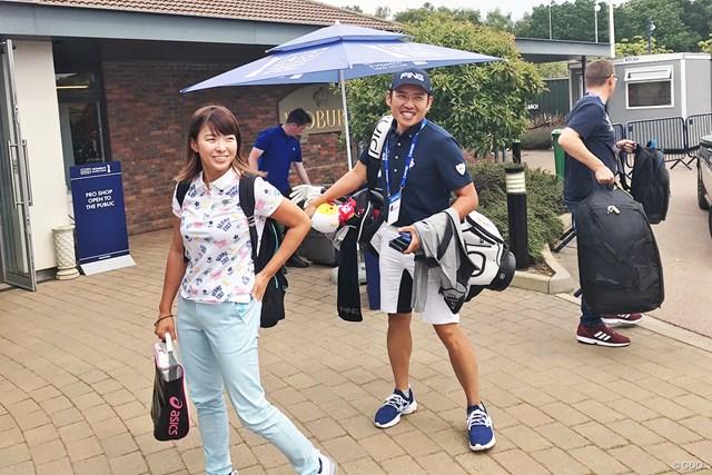 会場入りする渋野日向子(左)と青木翔コーチ※写真は最終日