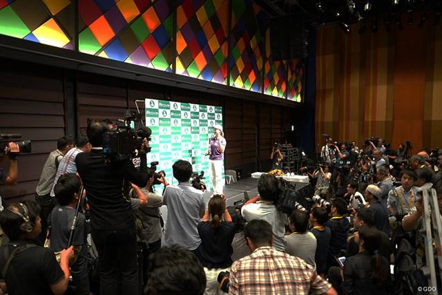 大勢の報道陣が集まった渋野日向子の帰国会見