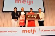 2019年 北海道meijiカップ 事前 (左から)LPGA小林浩美会長、川村和夫大会名誉会長、渋野日向子、LPGA樋口久子顧問