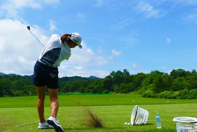 2019年 NEC軽井沢72ゴルフトーナメント 事前 渋野日向子 開幕3日前に会場入りした渋野日向子。練習場では豪快なショットも
