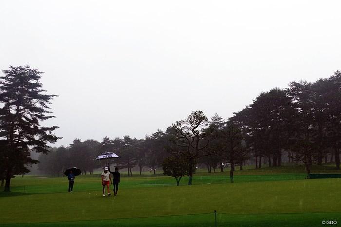一人のパッティンググリーン。大雨の中黙々と励んだ 2019年 NEC軽井沢72ゴルフトーナメント 事前 渋野日向子